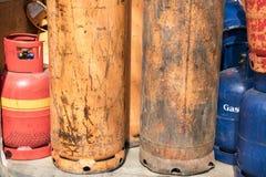 Garrafas de g?s do cilindro para o reenchimento e a fonte foto de stock