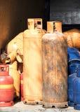 Garrafas de g?s do cilindro para o reenchimento e a fonte imagem de stock royalty free
