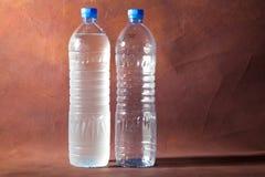 2 garrafas de garrafas de água plásticas. Fotografia de Stock