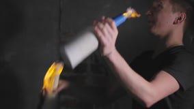Garrafas de mnanipulação do barman com fogo em uma barra móvel vídeos de arquivo
