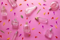 Garrafas de perfume azuis de vidro fotografia de stock