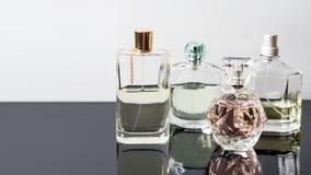 Garrafas de perfume diferentes com reflexões Perfumaria, cosméticos Espaço livre para o texto Fotos de Stock Royalty Free