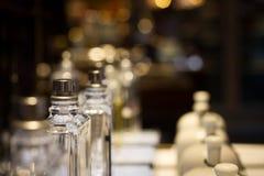 Garrafas de perfume na prateleira de exposição da loja fotografia de stock