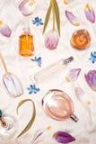 Garrafas de perfume na seda fotografia de stock