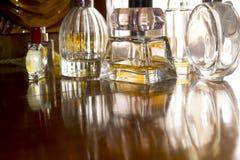 Garrafas de perfume no luminoso Foto de Stock