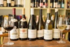 Garrafas de um vinho entre dois copos de vinho Imagens de Stock Royalty Free