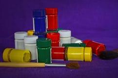 Garrafas de vidro de cores de cartaz na roupa violeta Fotos de Stock