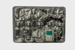 Garrafas de vidro da vacina no empacotamento pl?stico com fim da folha acima fotos de stock