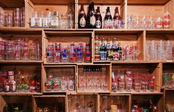 Garrafas de vidro do vintage e famosas retros da bebida da soda dos tipos fotografia de stock