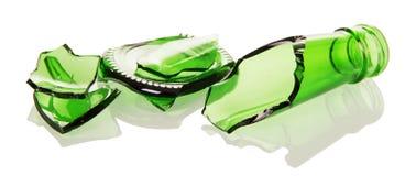 Garrafas de vidro verdes dos estilhaços isoladas no fundo branco Fotos de Stock