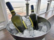 Garrafas de vinho branco no gelo Fotografia de Stock Royalty Free