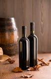 Garrafas de vinho com folhas caídas Imagens de Stock