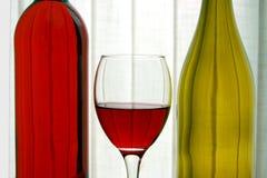 Garrafas de vinho com vidro de vinho fotografia de stock royalty free