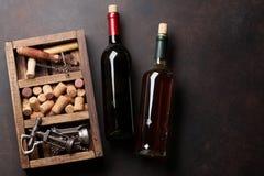 Garrafas de vinho, corkscrew e cortiça Imagens de Stock