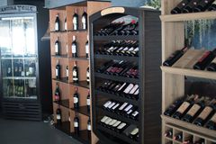 Garrafas de vinho de descanso empilhadas em cremalheiras de madeira na adega foto de stock royalty free