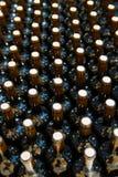Garrafas de vinho em seguido como um teste padrão com cortiça Fotografia de Stock Royalty Free