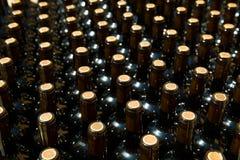 Garrafas de vinho em seguido como um teste padrão com cortiça Fotos de Stock