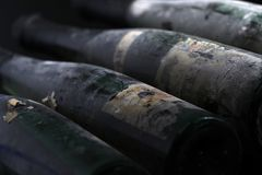 Garrafas de vinho muito velhas, ideia isolada de Murfatlar do close-up da etiqueta velha Fotos de Stock Royalty Free