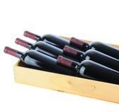 Garrafas de vinho na caixa de madeira Imagem de Stock