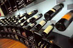 Garrafas de vinho na loja Fotografia de Stock Royalty Free