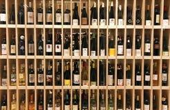 Garrafas de vinho na loja de vinhos Fotos de Stock Royalty Free