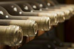 Garrafas de vinho na prateleira Fotos de Stock Royalty Free