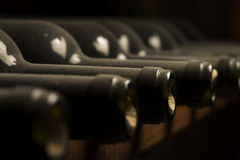 Garrafas de vinho na prateleira Imagens de Stock Royalty Free