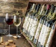 Garrafas de vinho na prateleira de madeira Imagens de Stock