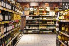 Garrafas de vinho no suporte do supermercado Fotografia de Stock