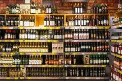 Garrafas de vinho no suporte do supermercado Imagem de Stock