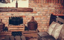 Garrafas de vinho vazias na adega Fotografia de Stock Royalty Free