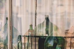 Garrafas de vinho vazias velhas atrás do vidro Foto de Stock Royalty Free