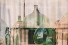 Garrafas de vinho vazias velhas atrás do vidro Fotos de Stock Royalty Free