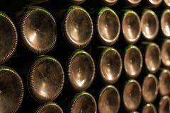 Garrafas de vinho velhas empoeiradas empilhadas na adega de vinho Imagem de Stock Royalty Free