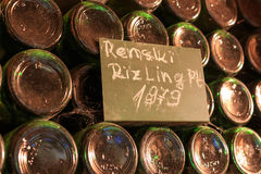 Garrafas de vinho velhas empoeiradas empilhadas na adega de vinho Fotos de Stock Royalty Free