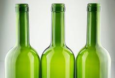Garrafas de vinho verdes vazias isoladas no branco Foto de Stock