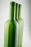 Garrafas de vinho verdes vazias no branco Fotos de Stock