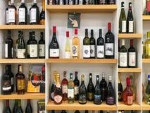 Garrafas de vinho vermelho e branco no suporte do supermercado Imagem de Stock