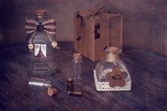 Garrafas decorativas pequenas na tabela de madeira Ainda vida com frascos Fotografia de Stock Royalty Free