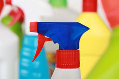Garrafas detergentes plásticas, produtos de limpeza Fotografia de Stock