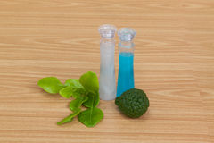 Garrafas do óleo essencial da bergamota na tabela de madeira Imagens de Stock Royalty Free