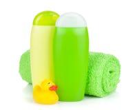 Garrafas do banho, toalha e pato da borracha Imagens de Stock Royalty Free