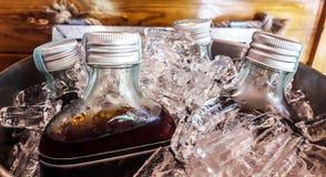 Garrafas do chá na cubeta de gelo fotos de stock royalty free