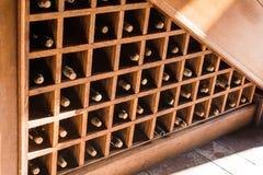 Garrafas do grande vinho em uma adega da adega imagem de stock