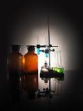 Garrafas do laboratório com líquido para dentro Conceito da ciência Foto de Stock