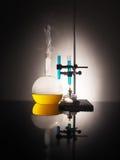 Garrafas do laboratório com líquido para dentro Conceito da ciência Fotos de Stock
