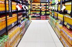 Garrafas do suco no suporte do supermercado Fotografia de Stock