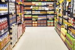 Garrafas do suco no suporte do supermercado Foto de Stock