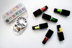 Garrafas do verniz para as unhas em uma tabela de madeira colorida foto de stock