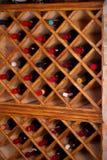 Garrafas do vinho em prateleiras de madeira na adega de vinho Fotografia de Stock Royalty Free